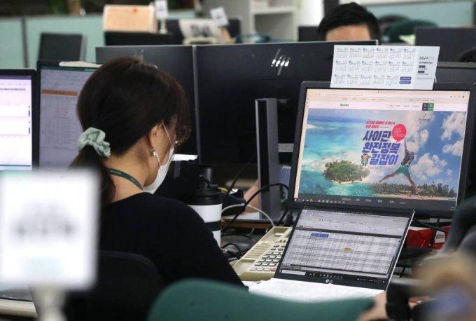 지난 1일 서울 중구 모두투어 본사에서 직원들이 곧 재개될 사이판 여행 상품을 보며 단체여행 예약 목록을 확인하고 있다. /사진=뉴시스