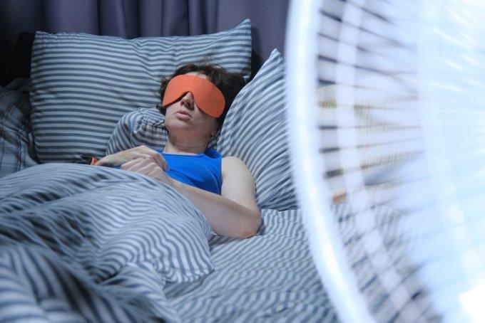 폭염이 연일 기승을 부리는 요즘 선풍기 없이 잠 못 드는 이들이 많다. 하지만 일부 전문가들은 선풍기를 곁에 두고 잠에 드는 것이 건강을 해칠 수 있다며 주의를 당부하고 있다. /사진=게티이미지뱅크