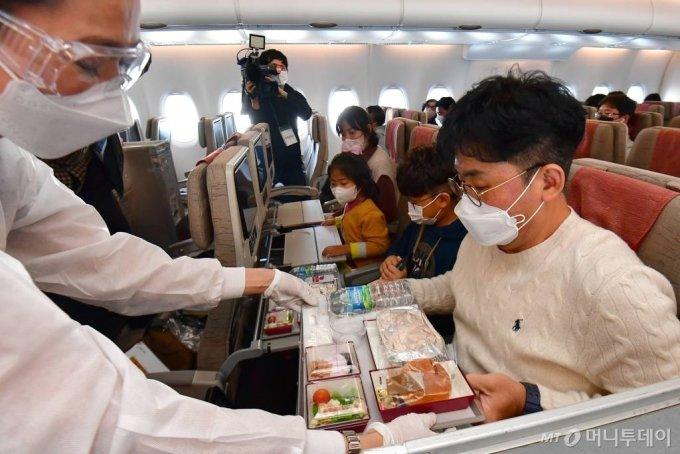 24일 인천공항을 출발한 아시아나항공 'A380 한반도 일주 비행' 항공기에 탑승한 승객들이 기내식 서비스를 즐기고 있다. 승객 250명을 태운 아시아나항공 'A380 한반도 일주 비행' 항공기는 이날 오전 11시 인천국제공항을 이륙해 동해바다가 보이는 강릉, 한라산 백록담이 보이는 제주도를 지나 오후 1시 20분 인천으로 다시 돌아오는 특별 관광 상품이다. /인천공항=공항사진기자단 /사진=공항사진기자단