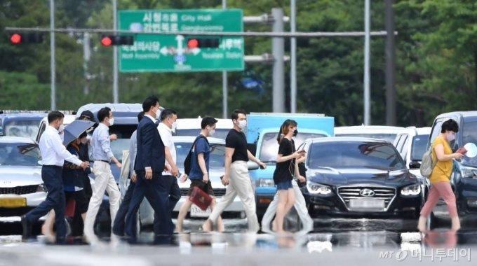 전국에 폭염 경보가 폭염주의보가 내려진 14일 오후 서울 영등포구 여의도환승센터 인근 도로에서 아지랑이가 피어오르고 있다. 이날 기상청은 전국 대부분 지역에 폭염특보가 발효되고 16일까지 낮 기온이 32도 이상으로 높고 체감온도는 습도가 높아 33도 이상으로 오를것으로 전망했다. /사진=머니S 장동규 기자
