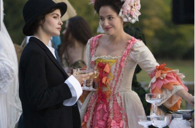영화 '코코샤넬'의 한장면. 코르셋에 레이스가 달린 드레스를 입은 당시 여성과 남성복같은 실용적인 옷을 입은 샤넬의 대비.