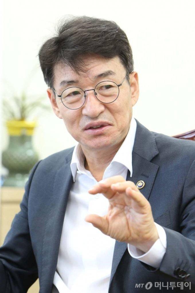 류근관 통계청장이 21일 대전 둔산동 정부대전청사 집무실에서 머니투데이와 만나 K-통계 구상과 필요성 등을 설명했다. /사진제공=통계청