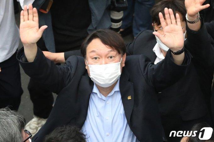 야권 대선주자인 윤석열 전 검찰총장이 20일 낮 대구 서문시장을 찾아 상가 연결통로에 환영 나온 시민들을 향해 손을 흔들어 인사하고 있다. /사진=뉴스1