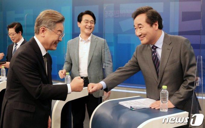 8일 오후 서울 중구 TV조선 스튜디오에서 열린 더불어민주당 대선 예비후보 합동 TV토론회에서 이재명 후보와 이낙연 후보가 인사 나누고 있다. /사진=뉴스1