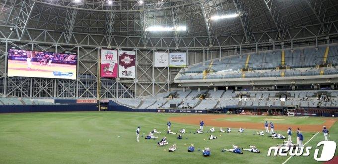 (서울=뉴스1) 김진환 기자 = 20일 오후 서울 구로구 고척스카이돔에서 2020 도쿄올림픽에 출전하는 대한민국 야구 대표팀 선수들이 훈련을 하고 있다. 2021.7.20/뉴스1