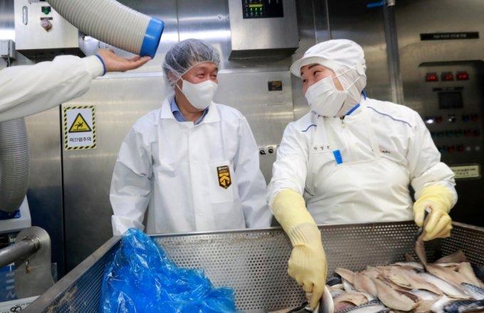 안경덕 고용노동부 장관(왼쪽)이 21일 코로나19 방역현장 특별점검 일환으로 성남 CJ씨푸드를 방문한 모습./사진제공=고용노동부