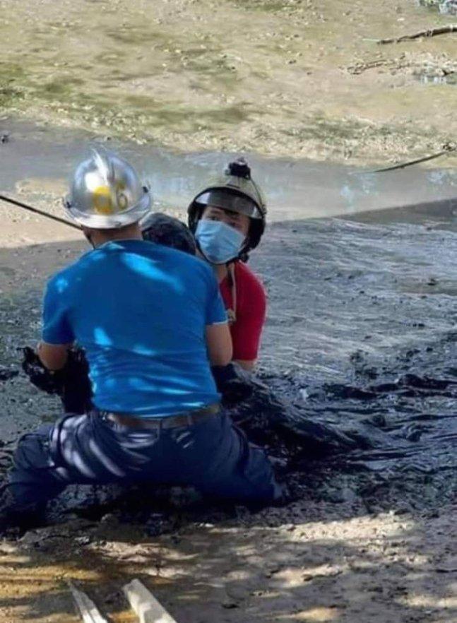 베트남의 한 남성이 술에 취해 진흙 속에 가만히 누워 잠을 자는 황당한 일이 일어났다./사진= 페이스북 캡처