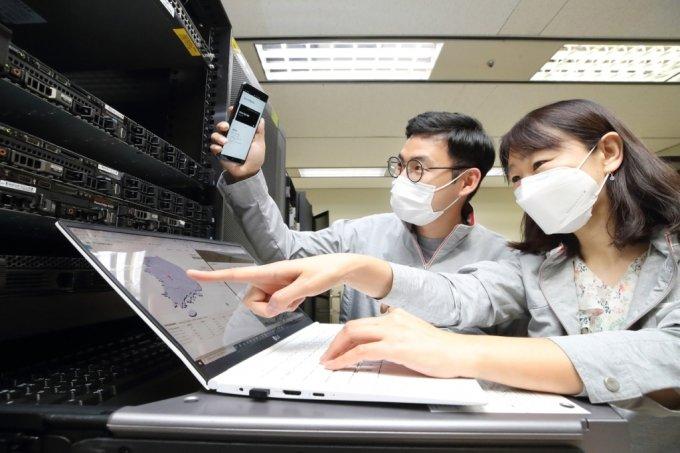 KT 융합기술원 직원이 Q-SDN을 통해 양자암호 네트워크를 모니터링 및 점검하는 모습. /사진=KT