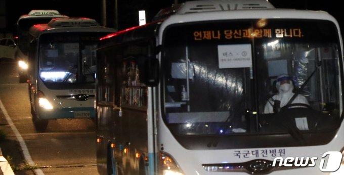 (청주=뉴스1) 김용빈 기자 = 해외파병 임무 수행 중 신종 코로나바이러스 감염증(코로나19) 확진자가 발생한 청해부대 장병들을 태운 버스가 20일 오후 충북 보은군 사회복무연수센터로 도착하고 있다. 2021.7.20/뉴스1