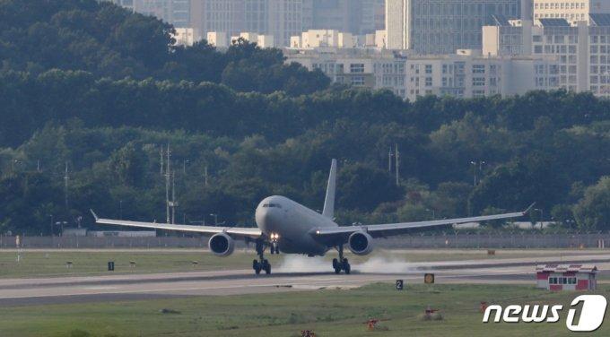 (성남=뉴스1) 김영운 기자 = 해외파병 임무 수행 중 신종 코로나바이러스 감염증(코로나19) 확진자가 집단 발병한 청해부대 제34진 장병들을 태운 공군 다목적 공중급유수송기 KC-330 '시그너스'가 20일 오후 경기도 성남시 수정구 서울공항에 착륙하고 있다. 2021.7.20/뉴스1