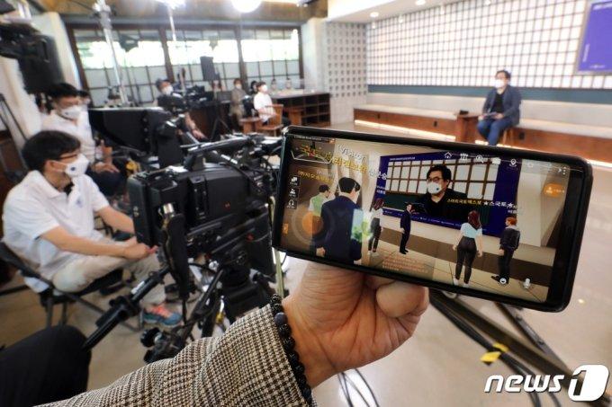(서울=뉴스1) 황기선 기자 = 21일 오후 서울 강남구의 한 스튜디오에서 열린 '스마트국토엑스포' 개막행사가 온라인으로 진행되고 있다.  이번 행사는 메타버스 기반의 온라인 전시관에서 자신의 '아바타'를 통해 전시부스를 체험할 수 있다. 2021.7.21/뉴스1