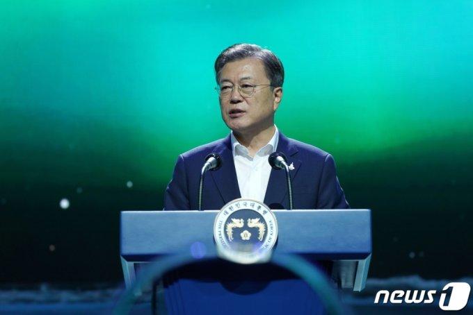 (김포=뉴스1) 박정호 기자 = 문재인 대통령이 24일 오후 경기도 김포시 민간 온라인 공연장인 '캠프원'에서 열린 디지털뉴딜 문화콘텐츠산업 전략 보고회에서 연설을 하고 있다. 2020.9.24/뉴스1
