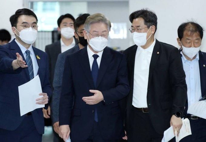 이재명 경기지사가 22일 서울 여의도 국회 소통관에서 기본소득 정책 발표를 하기 위해 입장하고 있다. / 사진제공=뉴시스