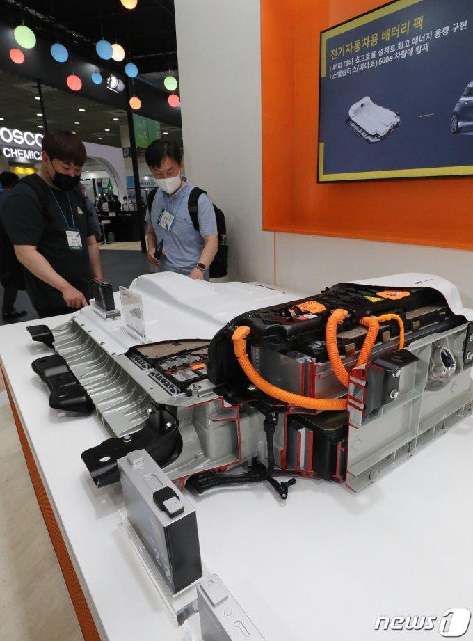 (서울=뉴스1) 박세연 기자 = 9일 오전 서울 강남구 코엑스에서 열린 '인터배터리 2021' 및 'xEV트랜드 코리아' 전시회를 찾은 관람객들이 삼성SDI부스에서 전기자동차용 배터리팩을 살펴보고 있다. 2021.6.9/뉴스1