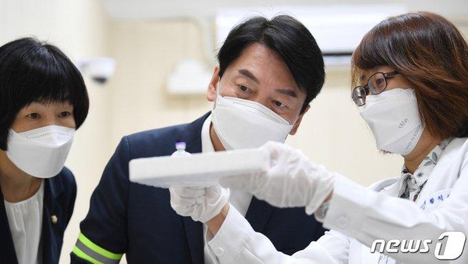 (대구=뉴스1) 공정식 기자 = 안철수 국민의당 대표(가운데)가 21일 오전 대구 중구 계명대 대구동산병원에 마련된 코로나19 예방접종센터 백신 보관실에서 화이자 백신과 주사기를 살펴보고 있다. 2021.7.21/뉴스1