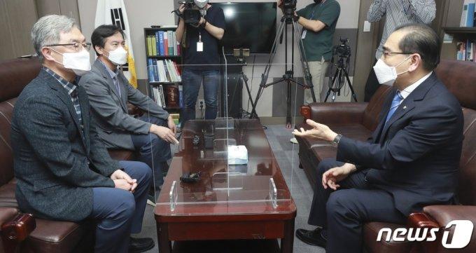 국민의힘 대권주자인 최재형 전 감사원장(왼쪽)이 22일 오후 서울 여의도 국회 의원회관에서 태영호 국민의힘 의원을 만나 대화를 나누고 있다. /사진=뉴스1