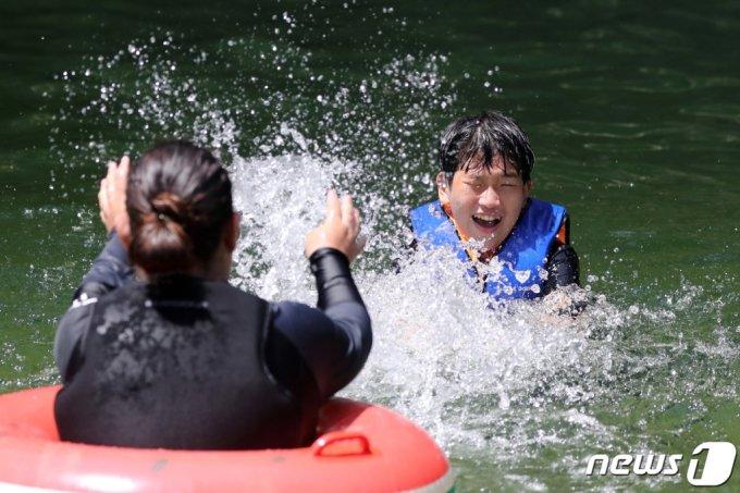 22일 경기 가평군 명지계곡에서 시민들이 물놀이를 하며 더위를 식히고 있다. /뉴스1