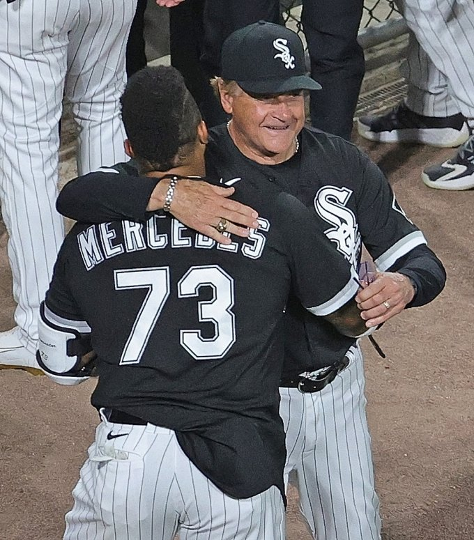 토니 라루사 감독이 예르민 메르세데스를 안아주고 있다./AFPBBNews=뉴스1