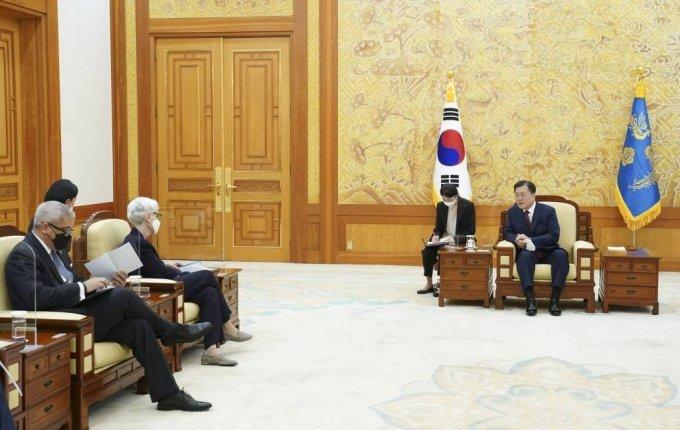 [서울=뉴시스] 문재인 대통령이 22일 청와대에서 웬디 셔먼 미 국무부 부장관을 접견하고 있다. (사진=청와대 제공) 2021.7.22. photo@newsis.com *재판매 및 DB 금지
