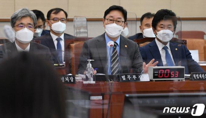 박범계 법무부 장관(가운데)이 22일 국회에서 열린 법제사법위원회 전체회의에서 의원들의 질의에 답변하고 있다. /사진=뉴스1.