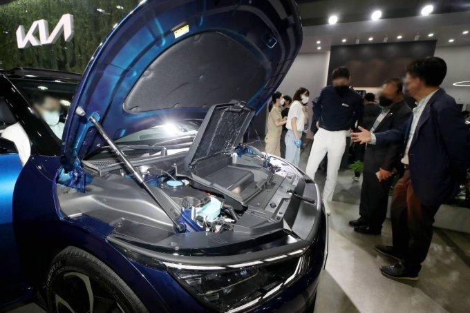 [서울=뉴시스]김병문 기자 = 9일 오전 서울 강남구 코엑스에서 열린 '2021 xEV 트렌드 코리아'의 기아차 부스에 전기 자동차 EV6이 전시돼 있다. 2021.06.09. dadazon@newsis.com
