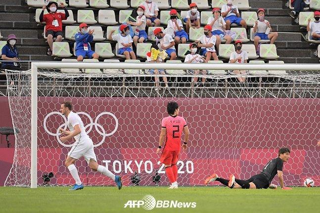 22일 일본 가시마 이바라키 스타디움에서 열린 뉴질랜드와 2020 도쿄올림픽 조별리그 1차전에서 크리스 우드에게 선제 실점을 허용한 장면. /AFPBBNews=뉴스1