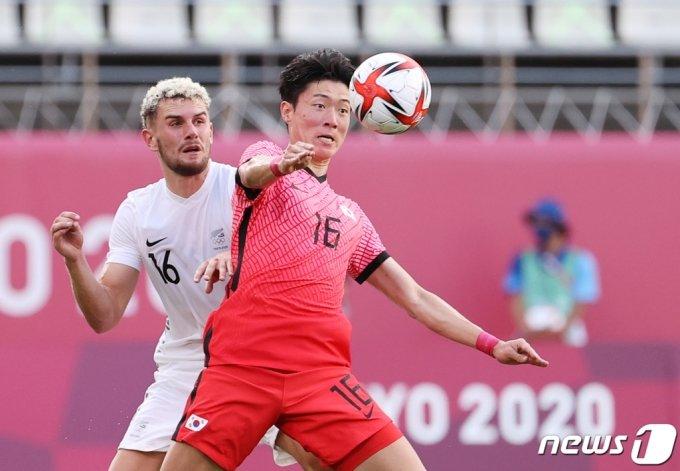 (가시마=뉴스1) 이재명 기자 = 22일 오후 일본 이바라기현 가시마 스타디움에서 열린 '2020 도쿄올림픽' 남자축구 조별리그 B조 1차전 대한민국과 뉴질랜드의 경기에서 황의조가 볼 다툼을 하고 있다. 2021.7.22/뉴스1