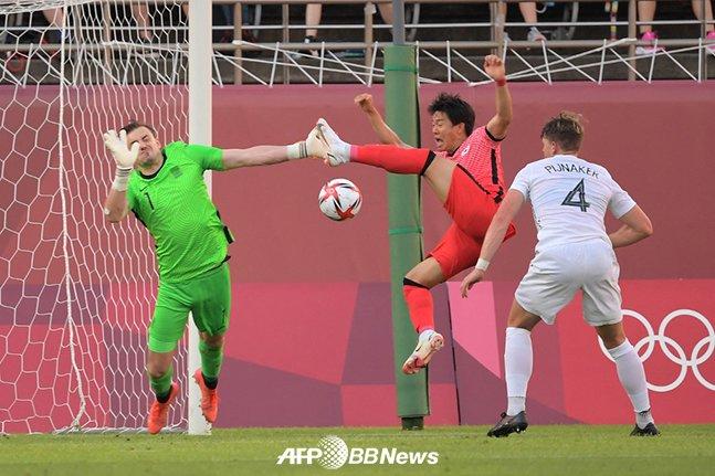 22일 일본 가시마에서 열린 2020 도쿄올림픽 조별리그 1차전 뉴질랜드전에서 결정적인 상황 슈팅 기회를 놓치고 있는 권창훈. /AFPBBNews=뉴스1