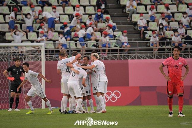 22일 일본 이바라키 가시마 스타디움에서 열린 뉴질랜드와 2020 도쿄올림픽 조별리그 1차전에서 크리스 우드에게 선제 실점을 허용한 순간. /AFPBBNews=뉴스1