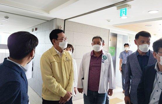 박남춘 인천시장(왼쪽 두번째)이 21일 포스코인재창조원 생활치료센터를 방문해 하헌영 병원장과 치료시설 내부, 안전, 진행사항 등을 점검하고 있다./사진=나은병원