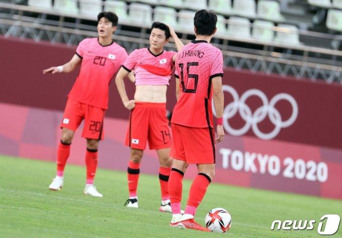 (가시마=뉴스1) 이재명 기자 = 22일 오후 일본 이바라기현 가시마 스타디움에서 열린 '2020 도쿄올림픽' 남자축구 조별리그 B조 1차전 대한민국과 뉴질랜드의 경기에서 대한민국 선수들이 실점에 아쉬워하고 있다. 2021.7.22/뉴스1