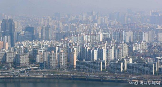 7일 KB국민은행의 월간 주택가격동향에 따르면 지난달 서울의 전용면적 60㎡(25평형) 이하 소형 아파트 평균 매매가격은 7억6789만원으로 전년대비 1억 4193만원(22.7%) 올랐다고 발표했다. 사진은 7일 서울 여의도 63스퀘어에서 바라본 서울 아파트의 모습. /사진=이기범 기자 leekb@
