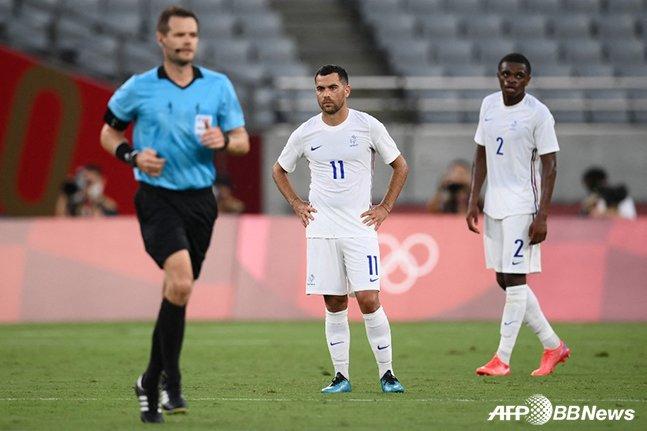 22일 멕시코와의 도쿄올림픽 1차전에서 멕시코에 3번째 실점을 허용한 뒤 아쉬워하고 있는 프랑스 선수들. /AFPBBNews=뉴스1