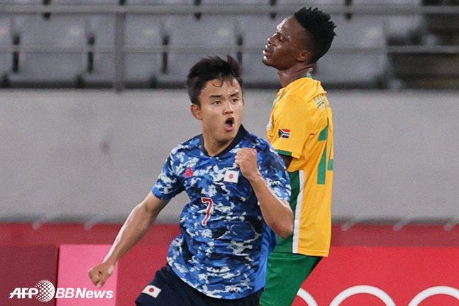 일본 올림픽축구대표팀 공격수 구보 다케후사가 22일 남아공과의 2020 도쿄올림픽 조별리그 1차전에서 선제골을 넣은 뒤 기뻐하고 있는 모습. /AFPBBNews=뉴스1