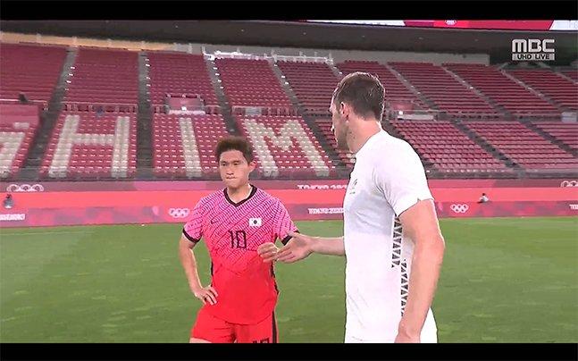 22일 일본 이바라기현 가시마 스타디움에서 열린 2020 도쿄올림픽 남자축구 조별리그 B조 1차전에서 뉴질랜드에 0-1로 패배한 뒤 크리스 우드(오른쪽)의 악수를 거부하고 있는 이동경. /사진=MBC 중계화면 캡처