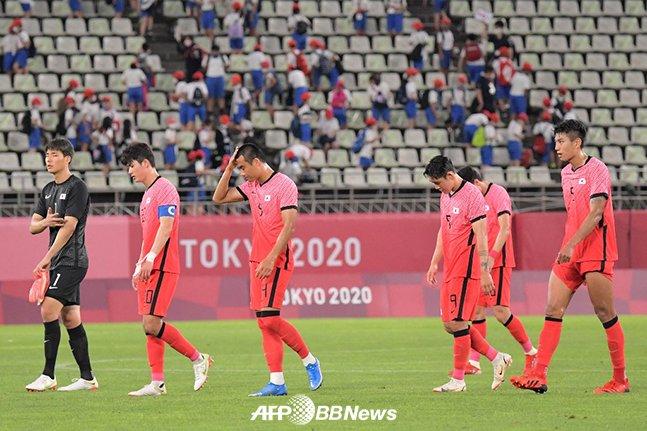 22일 일본 이바라기현 가시마 스타디움에서 열린 2020 도쿄올림픽 남자축구 조별리그 B조 1차전에서 뉴질랜드에 0-1로 패배한 뒤 아쉬워하고 있는 대한민국 올림픽 축구대표팀. /AFPBBNews=뉴스1