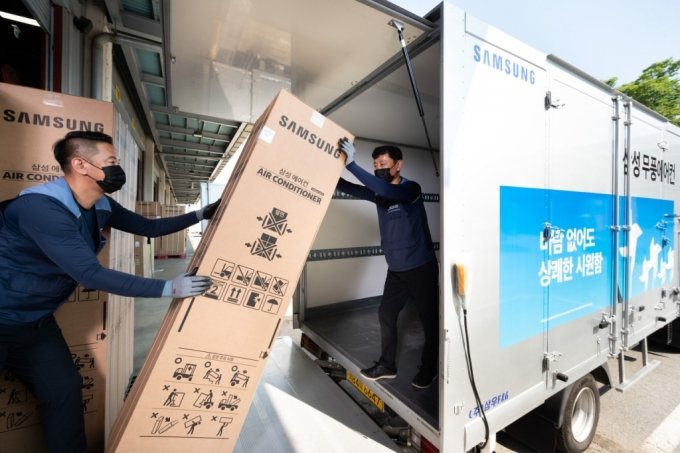 경기도 수원시 영통구에 위치한 삼성전자로지텍 수원센터 물류창고에서 담당자들이 삼성 '비스포크 무풍에어컨'을 배송하기 위해 차량에 싣고 있다. /사진제공=삼성전자