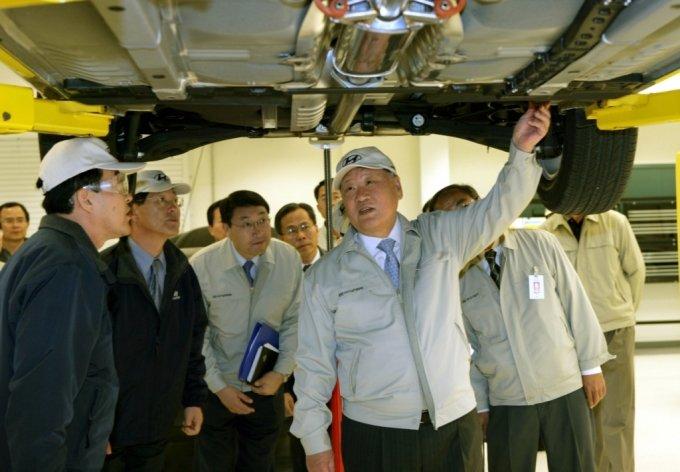 2005년 현대차 미국 앨라배마공장에 방문해 쏘나타 생산 품질을 점검하고 있는 정몽구 명예회장/사진제공=현대차그룹