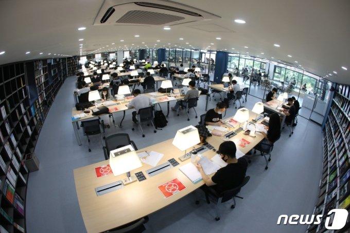 지난달 10일 오전 대구 북구 영진전문대학교 도서관에서 학생들이 1학기 기말고사 대비 시험공부를 하고 있다. /사진=뉴스1