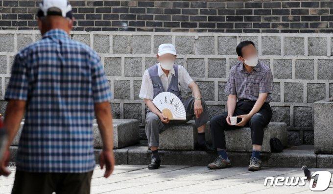 지난 20일 서울 종로구 탑골공원에서 어르신들이 그늘에서 휴식을 취하고 있다. /사진=뉴스1