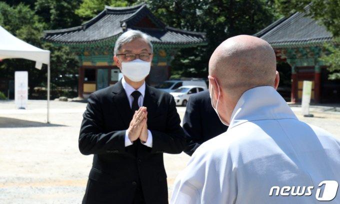 국민의힘 대권주자인 최재형 전 감사원장이 23일 전북 김제 금산사에 마련된 태공당 월주 대종사 빈소를 찾아 스님들과 합장을 하며 인사를 나누고 있다.  /사진=뉴스1