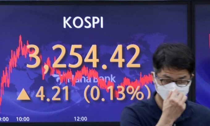 [서울=뉴시스]김병문 기자 = 코스피가 전 거래일(3250.21)보다 4.21포인트(0.13%) 오른 3254.42에 장을 마감한 23일 오후 서울 중구 하나은행 딜링룸에서 딜리들이 업무를 보고 있다. 이날 코스닥 지수는 전 거래일(1050.25)보다 5.25포인트(0.50%) 오른 1055.50에, 원·달러 환율은 전 거래일(1149.9원)보다 0.9원 오른 1150.8원에 마감했다. 2021.07.23. dadazon@newsis.com