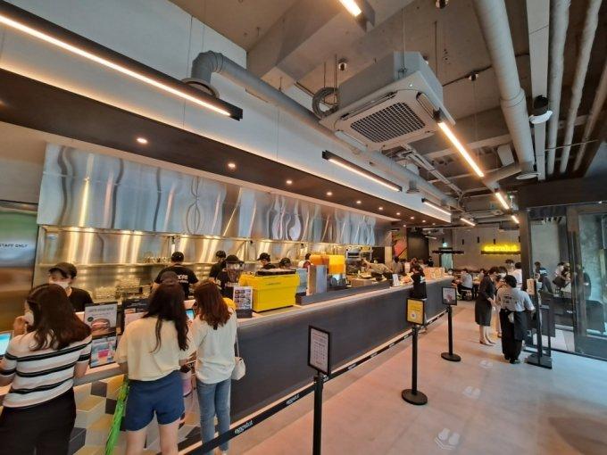 에그슬럿 3호점 강남점 주방은 주문하는 카운터에선 음식을 조리하는 모습을 볼 수 있다./사진=지영호 기자