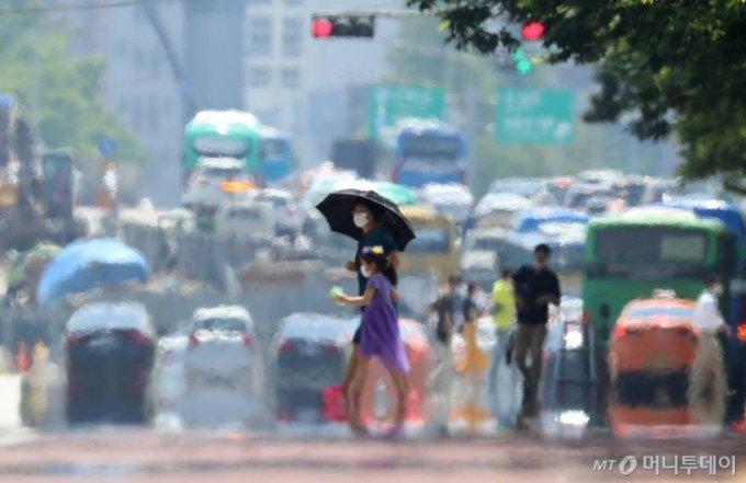 서울 여의대로에 지열로 인한 아지랑이가 피어오르고 있다. /사진=이기범 기자 leekb@