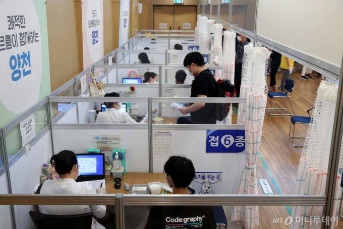 고3 학생 및 고교 교직원 백신 접종이 시작된 19일 서울 양천구 해누리 타운에서 학생들이 접종실로 들어가고  있다. / 사진공동취재단 /사진=홍봉진 기자 honggga@