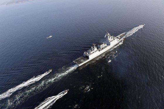 = 14일 오전 해군 4400톤급 구축함 문무대왕함(DDH-976)이 LYNX 해상작전헬기와 UDT/SEAL 대원이 탑승한 고속단정의 호위를 받으며, 2018년 평창 동계올림픽 성화를 해상에서 봉송하고 있다. (해군본부 제공) 2017.11.14/뉴스1