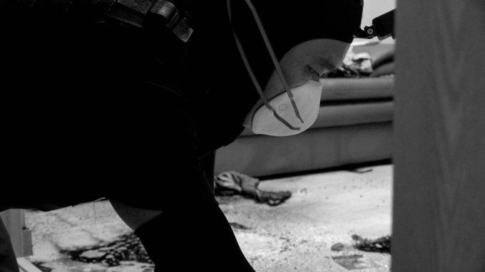 김새별 바이오해저드 대표가, 고인이 남긴 바닥의 흔적을 지우고 있다. 특수한 방법을 써야하는, 특수청소다./사진=이주아 머니투데이 영상PD