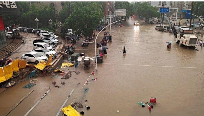 지난 20일 허난성 정저우시의 침수된 도로/사진=로이터