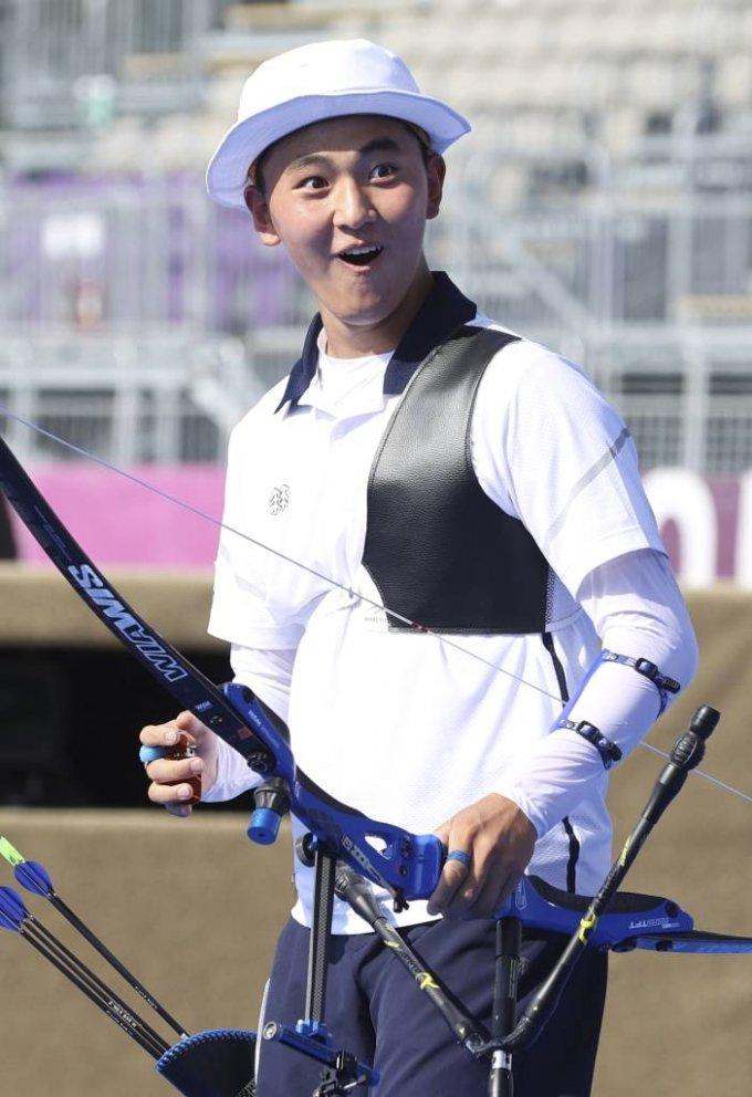 대한민국 양궁 대표팀 김제덕이 24일 오후 일본 도쿄 유메노시마 양궁장에서 열린 2020 도쿄올림픽 양궁 남녀혼성단체전 4강전에 출전해 기뻐하고 있다. / 사진제공=뉴시스
