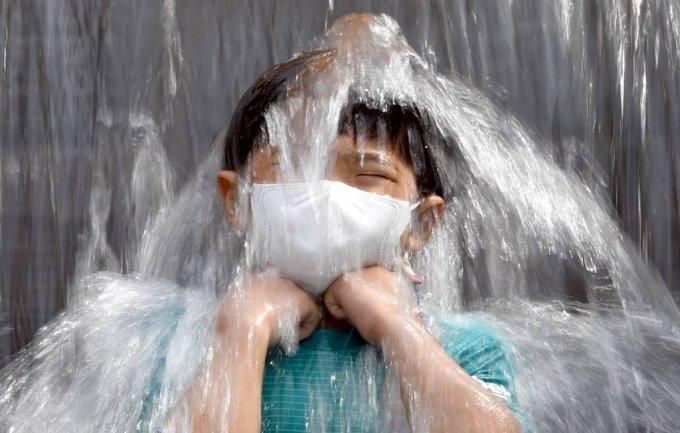 폭염이 지속되고 있는 24일 오후 전남 화순군 한천면 한 계곡에서 어린이가 폭포 아래서 물을 맞으며 무더위를 이겨내고 있다. /사진=뉴시스
